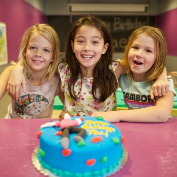 birthday-party-girls-with-cake